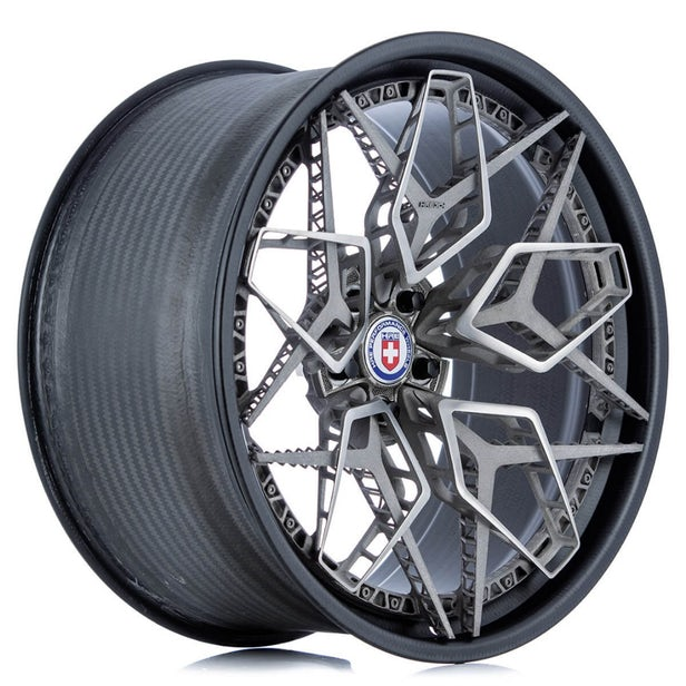 قطعه مرکزی سفارشی برای پیوستن به پنج بخش اصلی  چرخ  HRE3D + با هم (Credit HRE Wheels) استفاده شده است